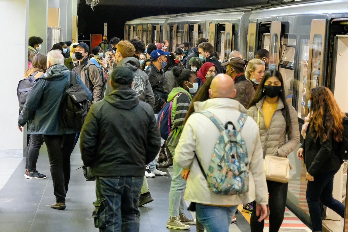 Bussen, trams en metro's die op het spitsuur overvol zaten, zijn eerder een uitzondering volgens de MIVB.