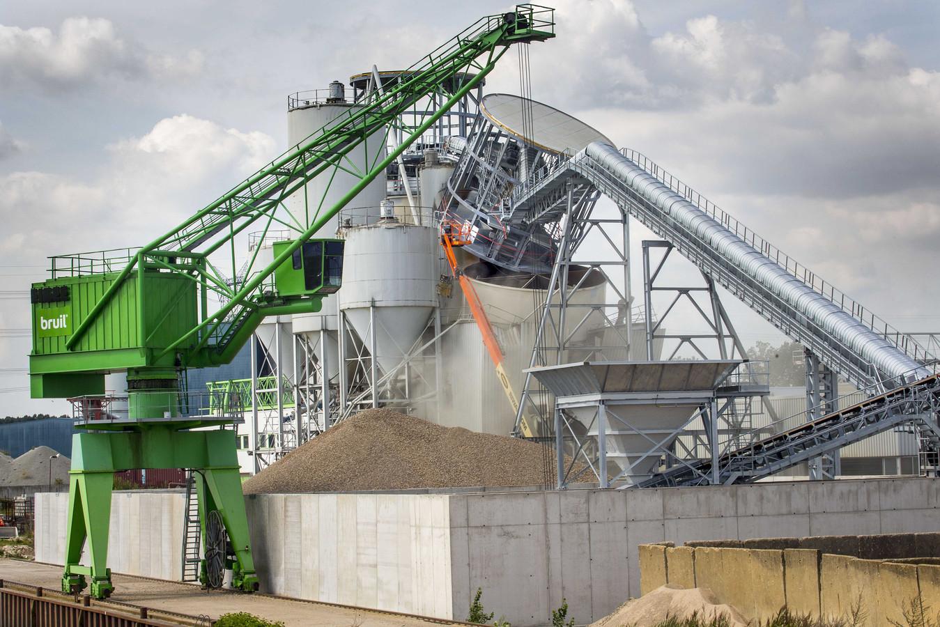 2019-08-21 12:53:42 GEERTRUIDENBERG - Bij betonbedrijf Bruil is een silo ingestort. Het bedrijf gaat uit van een miljoenenschade. ANP ARIE KIEVIT