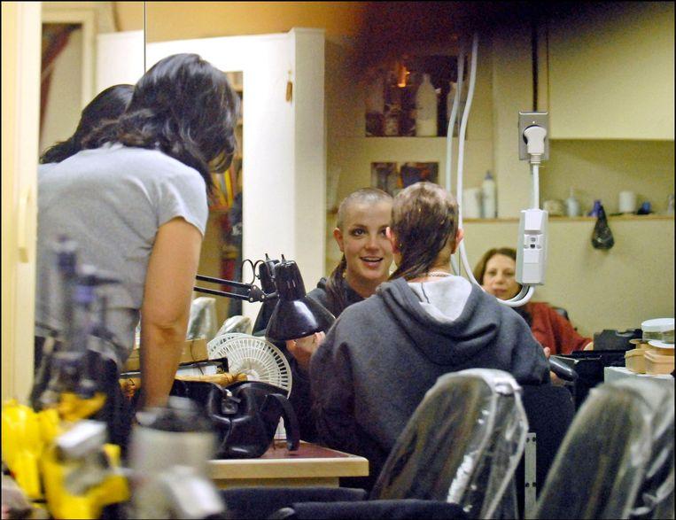 Britney Spears scheert haar haren af.