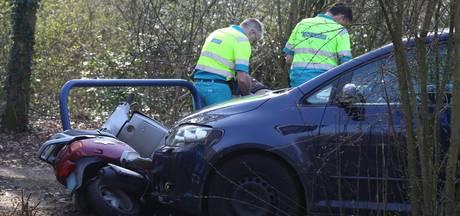Politie rijdt scooterrijder aan na achtervolging; bestuurder gewond naar ziekenhuis