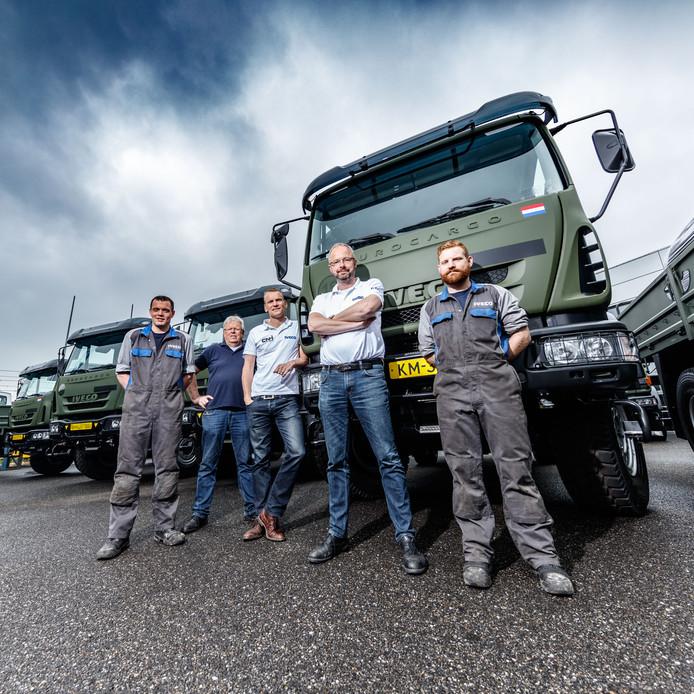 Deba Bedrijfswagens kreeg eerder order van 33 trucks voor defensie. In het midden operationeel directeur Mark Scheffers.