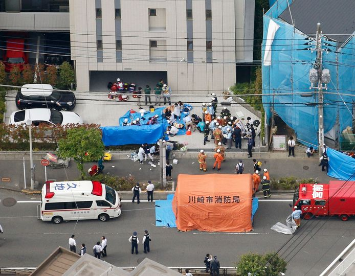 Hulpverleners verzorgen de slachtoffers in Kawasaki, waar een man in het wilde weg met een mes begon in te steken op een groep schoolkinderen en hun begeleiders.