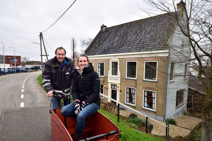 Marleine Verbeek en Kaspar van den Brink voor hun monumentale boerderij Rust-Hove.