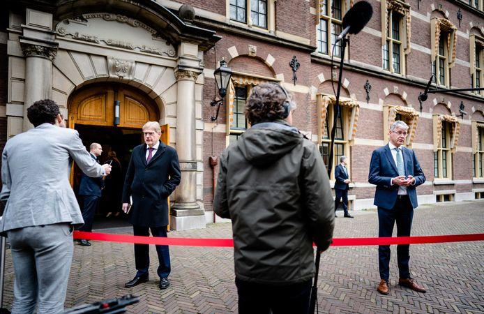 Minister Martin van Rijn voor Medische Zorg en minister Arie Slob voor Basis- en Voortgezet Onderwijs en Media komen aan op het Binnenhof voor de wekelijkse ministerraad, die een dag eerder plaatsvindt in verband met Goede Vrijdag.