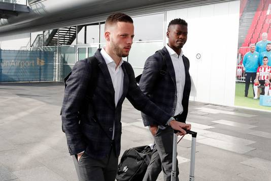 Bart Ramselaar (links) wacht op een club. Nicolas Isimat-Mirin (rechts) is al weg bij PSV.