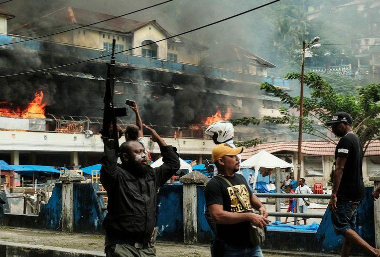 Een Papoease politieman probeert woensdag een demonstrerende menigte in Fakfak (West-Papoea) onder controle te krijgen.  Beeld null