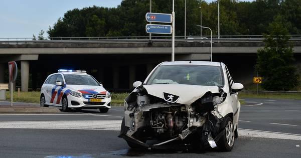 Binnen een uur twee ongelukken op dezelfde plek in Apeldoorn: autos lopen flinke schade op.