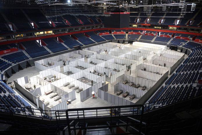 Servische soldaten bouwen in een stadion in Belgrado een noodhospitaal.