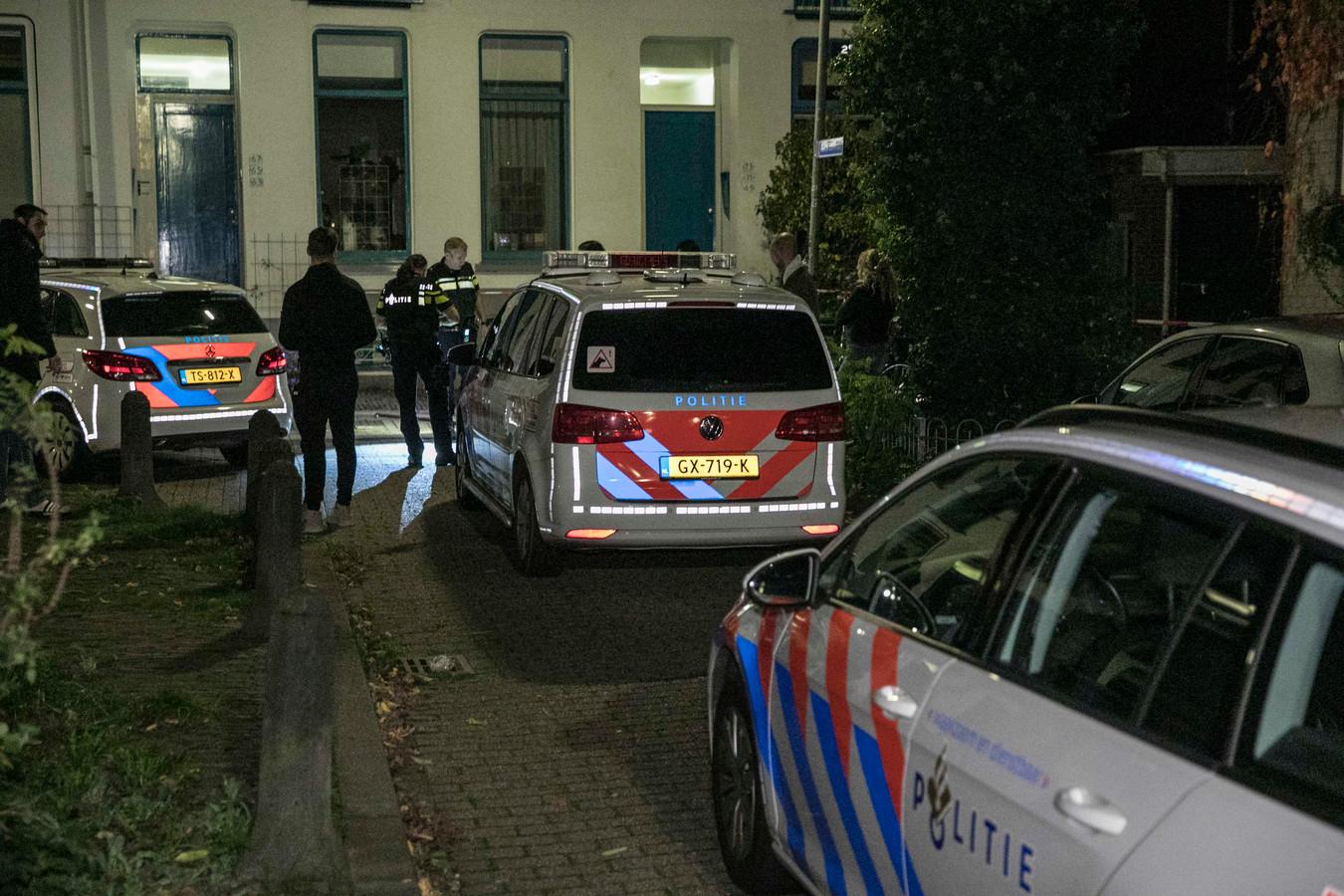 Veel politiewagens op de plek waar mogelijk geschoten zou zijn in Arnhem.