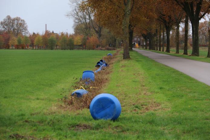 De vaten zijn gedumpt langs de Achterdijk, de Kwekerijweg en de Scheiwalweg.