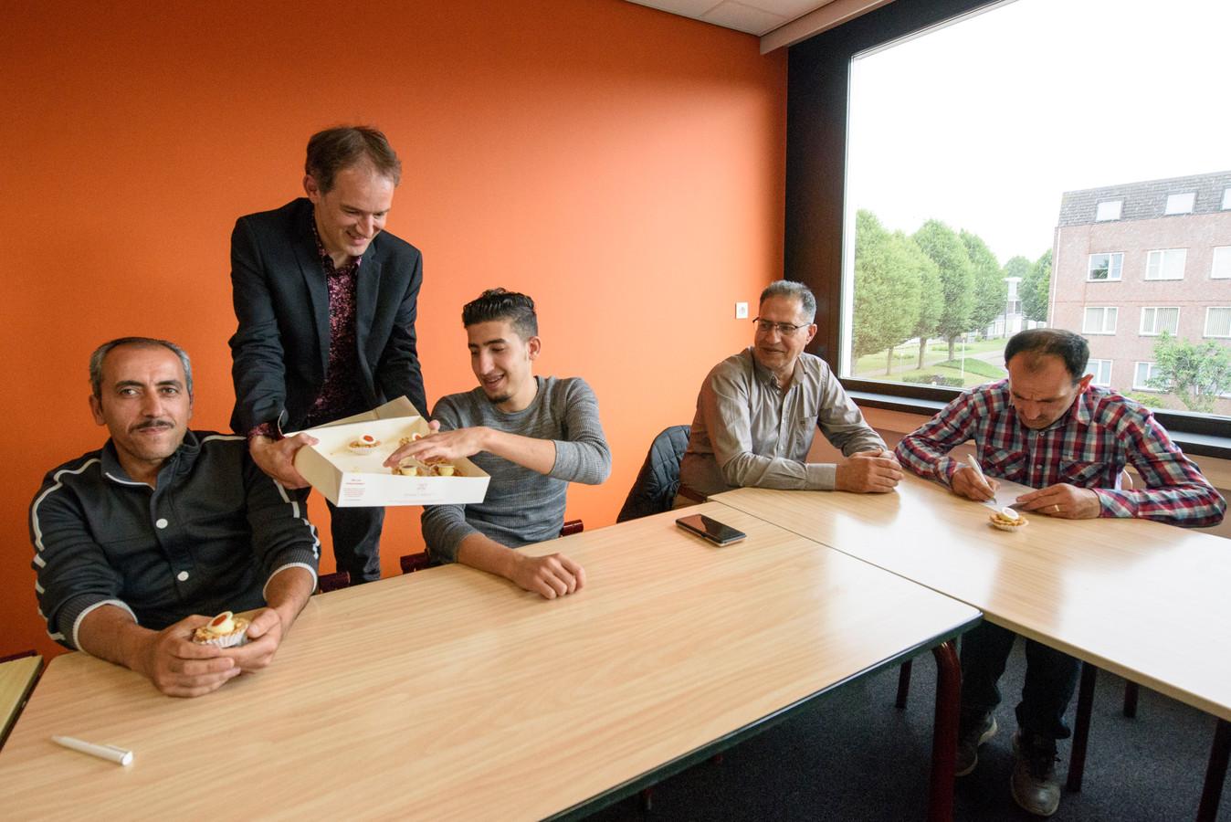 Wethouder Stan van der Heijden op bezoek bij de taalles voor statushouders.