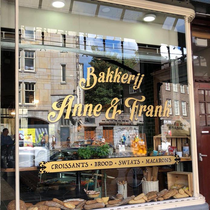 Bakkerij Anne & Frank. Inmiddels zijn de plakletters van het raam verwijderd.