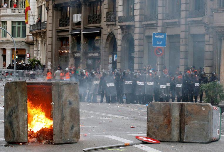 Op de Via Laietana werden opnieuw containers in brand gestoken.