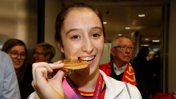 Nina Derwael poseerde in november met haar gouden medaille vanop het WK gymnastiek in in Doha, Qatar.