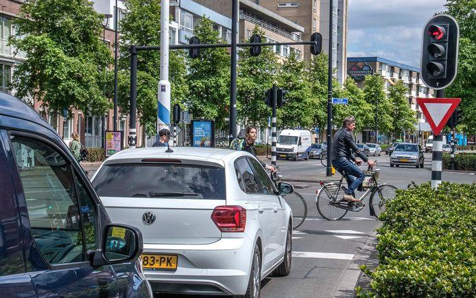 Auto's op de cityring moeten langer wachten bij de stoplichten, fietsers en voetgangers krijgen langer groen licht.