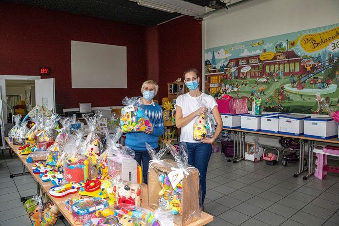 Fabienne Vandecasteele van Kaboes en vrijwilligster Joke Janssens bij het speelgoed.