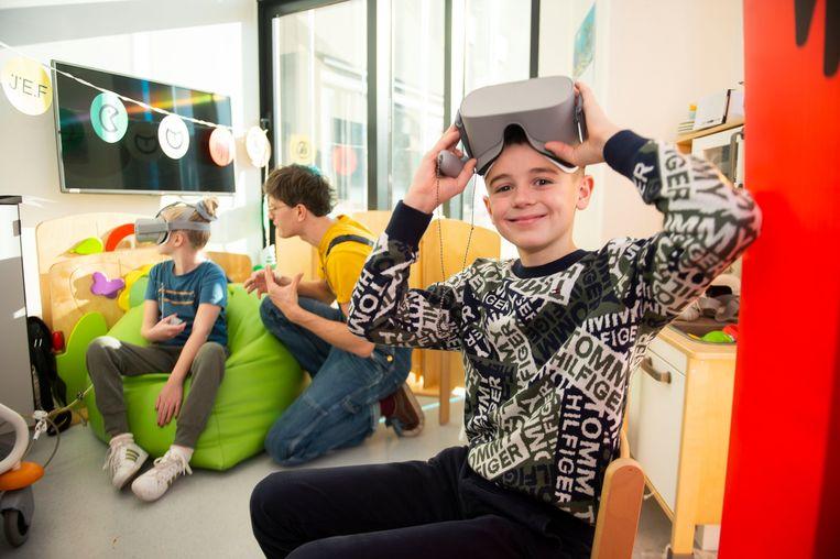 Uitvinder Mauro Druwel (11) maakte een tutorial om de patiënten van de kinderafdeling te leren spelen met de nieuwe app.