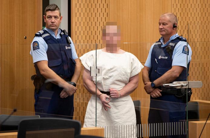 Geëscorteerd door twee politieagenten wordt hoofdverdachte Brenton Tarrant de rechtbank binnen gebracht.