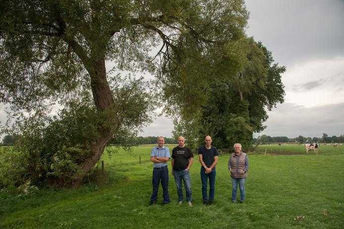Van links af Hans van Renselaar, Rein van Klompenburg en Hans en Adrie Reijs. Op de achtergrond  de weilanden waarin mogelijk een woonwijk wordt gebouwd.
