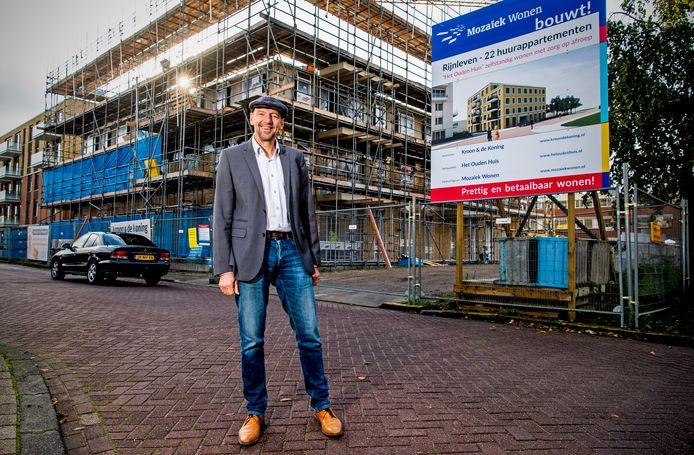 Karel van Berk bij de bouw van met initiatief het Ouden Huis in Bodegraven.