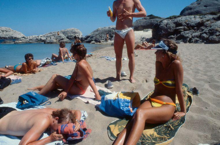 Vakantie van jeugdigen op het strand van Griekenland, 1990. Beeld Hollandse Hoogte / Ad Nuis