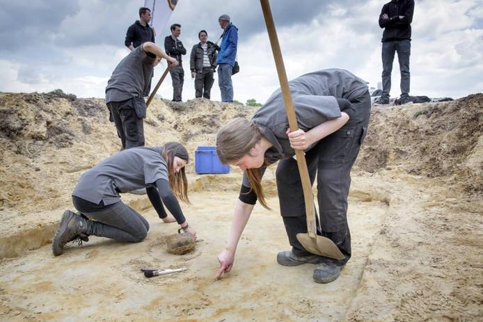 Archeologische opgraving, vondst van een grafveld uit de steentijd, van de trechterbekercultuur tevens tijd van de hunebedbouwers. De vondst van het grootste grafveld ooit in Europa. Op de foto wordt een pot in een graf vrijgemaakt.