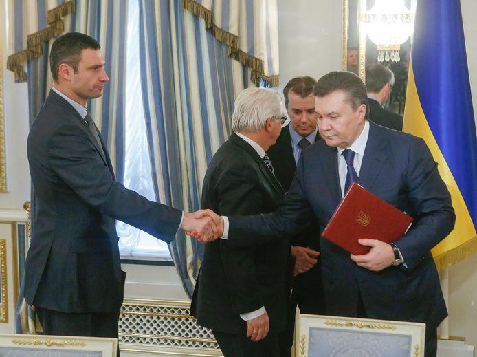 Accord fragile et poignée de mains glaciale entre le Président Viktor Ianoukovitch (D) et le leader de l'opposition ukrainienne, Vitali Klitschko.