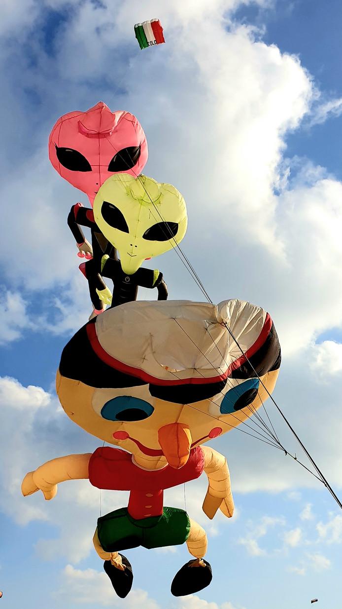 Vliegers van Italiaanse deelnemers aan het Vliegerfeest Twente. De vliegers zijn dit jaar te zien op het festijn bij Spalink in Geesteren.