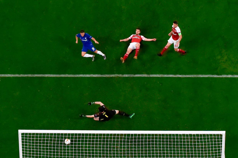 Eden Hazard scoort 4-1 tijdens het duel tussen Chelsea en Arsenal in Bakoe .