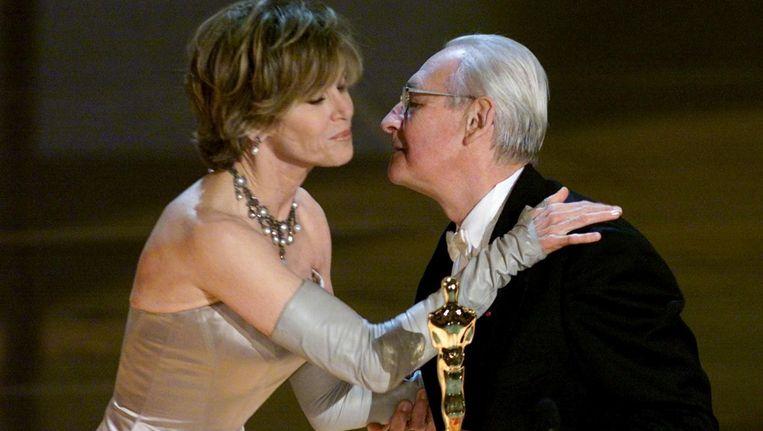 Andrzej Wajda krijgt een ere-Oscar van actrice Jane Fonda in 2000. Beeld reuters