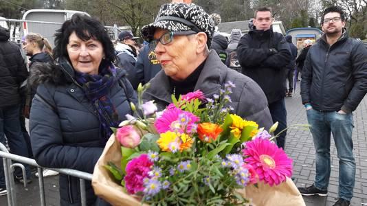 Tilly Kuijlen uit Putte kreeg de zegebloemen van Mathieu van der Poel en gaat die leggen op het graf van haar overleden oom Fons Kuijlen uit Hoogerheide, een groot fan van 'Poeleke'.