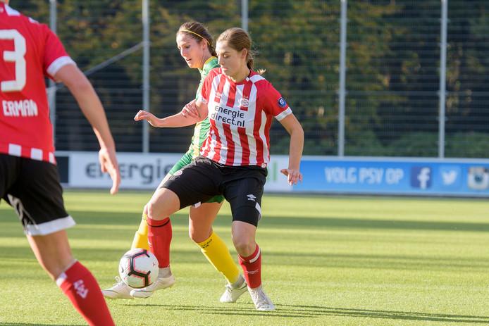 Aniek Nouwen in actie tijdens het duel met ADO Den Haag.