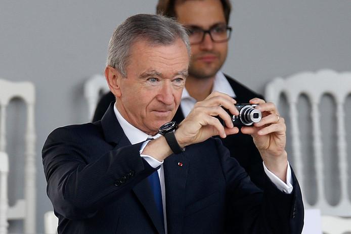 Bernard Arnault, de rijkste man van Europa, neemt foto's terwijl zijn zoon deelneemt aan een militaire parade in Parijs.