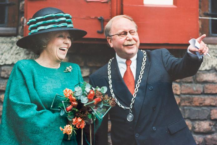 Trots als een pauw is Hermen Overweg in 1998. Het is hem gelukt: Koningin Beatrix viert haar verjaardag in Doesburg.