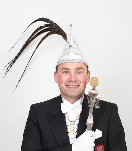 Prins Randy zwaait scepter tijdens carnaval in Boekel