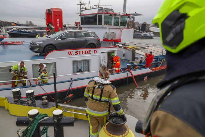 De brandweer probeert het schip leeg te pompen en het lek te achterhalen.