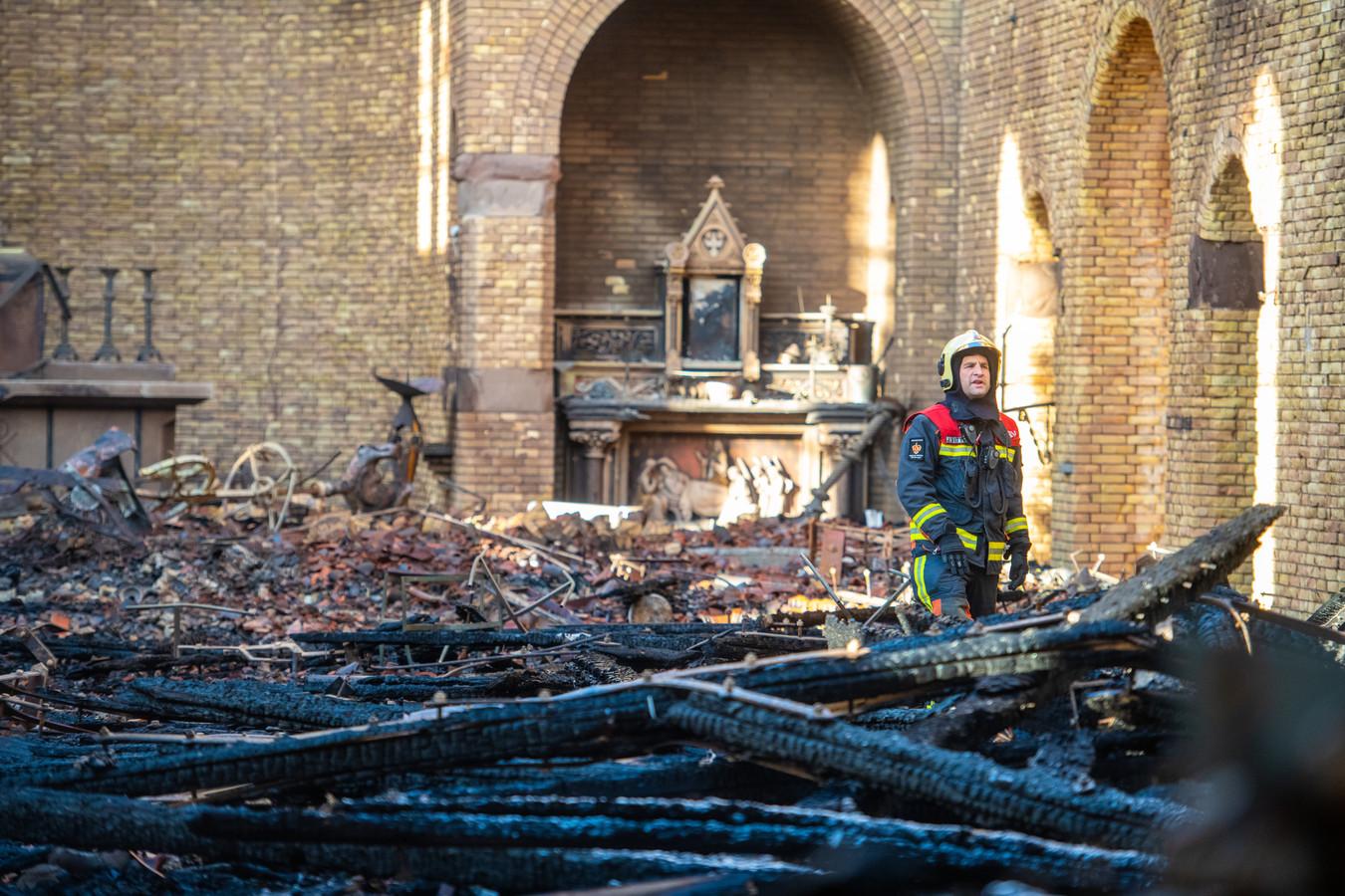 De ravage in de Onze-Lieve-Vrouw-Geboortekerk in Hoogmade na de grote brand van maandag.