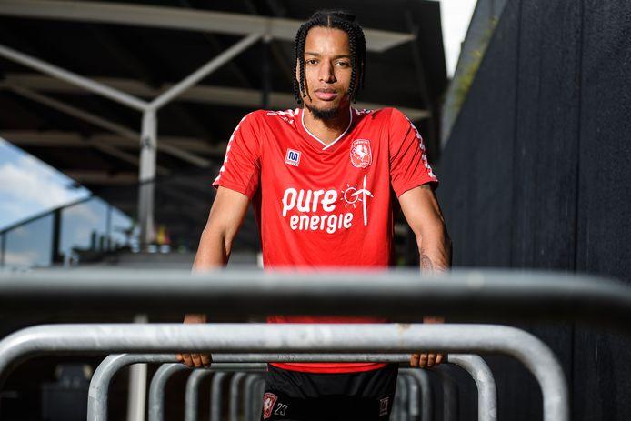 Tyronne Ebuehi speelde de afgelopen twee jaar bijna niet wegens blessures, maar is weer fit. Bij FC Twente is de nieuwe rechtsback een van de revelaties van de ploeg.