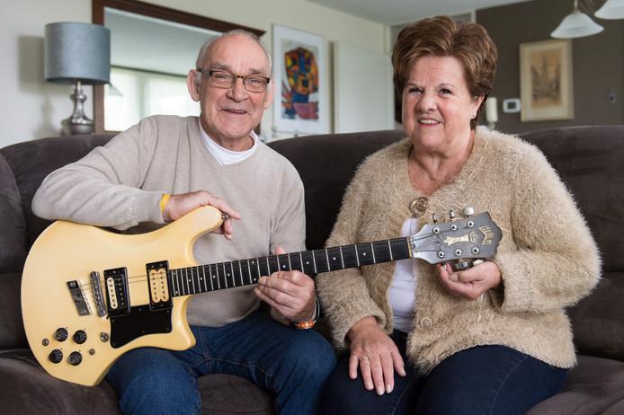 Gerard en Vonnie Luijbregts met gitaar van Andy Tielman. Foto René Schotanus/Pix4Profs