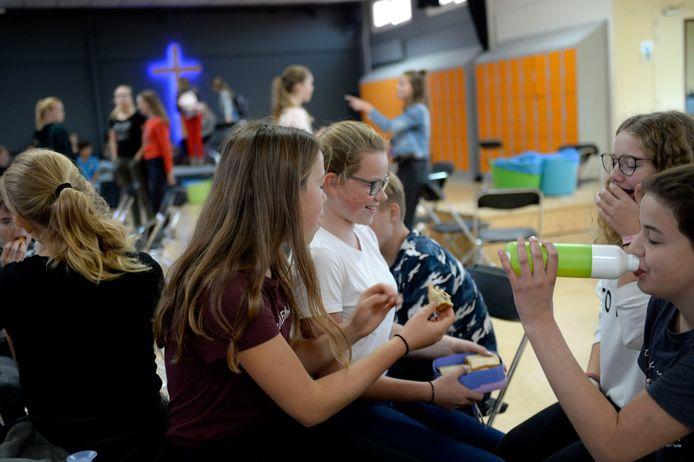Leerlingen van De Passie kunnen pas in november een feestje vieren als de Wierdense raad een besluit neemt over de 13,4 miljoen euro voor de bouw van hun nieuwe school.