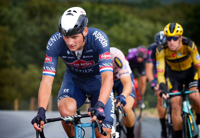 Mathieu van der Poel met achter zich een renner van Jumbo-Visma. Beeld photo: Cor Vos