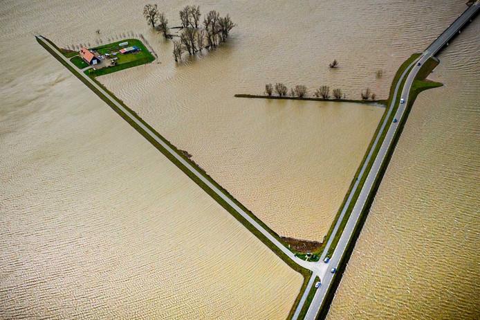 En dan houdt de weg ineens op, pal achter je woonboerderij aan de Braspenning in de Noordwaard.