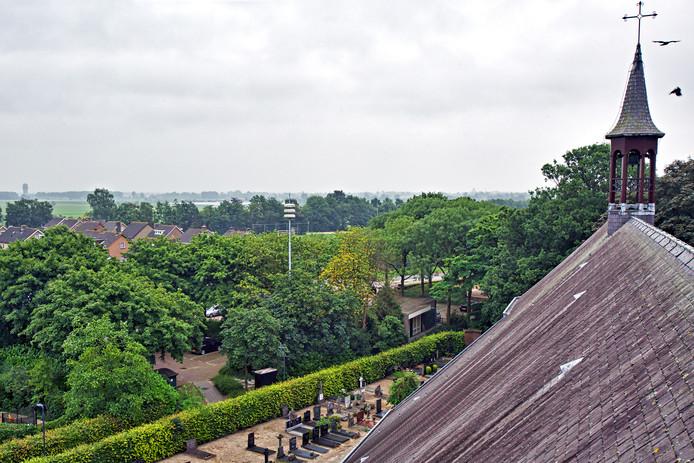 OOSTEIND - Zicht vanuit de kerktoren van Johannes de Doperkerk in Oosteind richting Dongen, met midden in beeld de velden van voetbalvereniging OVV. Aan de horizon is geheel links de watertoren van Dongen te zien. De school St. Jan ligt achter de kerk, en is vanuit de toren niet te zien.