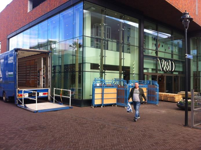 Verhuisbedrijf Vlugo haalt op verzoek van de curatoren de winkel in Uden compleet leeg.