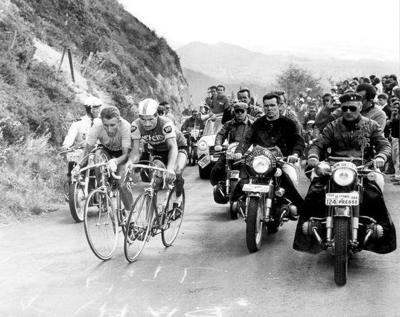 De Tour van 1964. Symbool voor de rivaliteit tussen Anquetil (links) en Poulidor is deze foto op de Puy du Dôme. De twee rivalen strijden er letterlijk schouder-tegen-schouder.