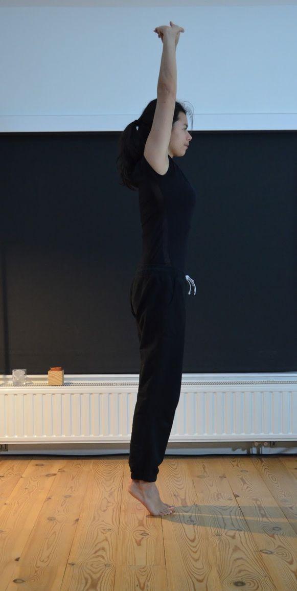 Yogadocente Anne Dela Cruz doet de 'Tadasana stretch' voor.