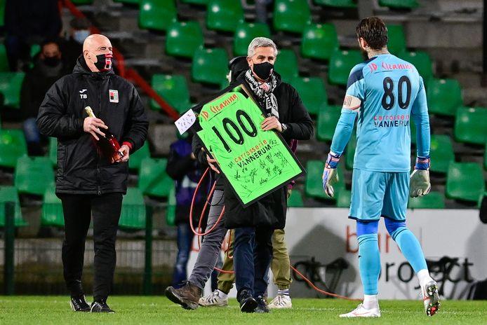 Vlak voor de aftrap overhandigde RWDM-voorzitter Thierry Dailly een attentie aan doelman Anthony Sadin voor zijn honderdste wedstrijd.