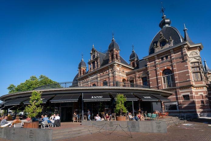 Musis Sacrum in Arnhem met grand café Jans.