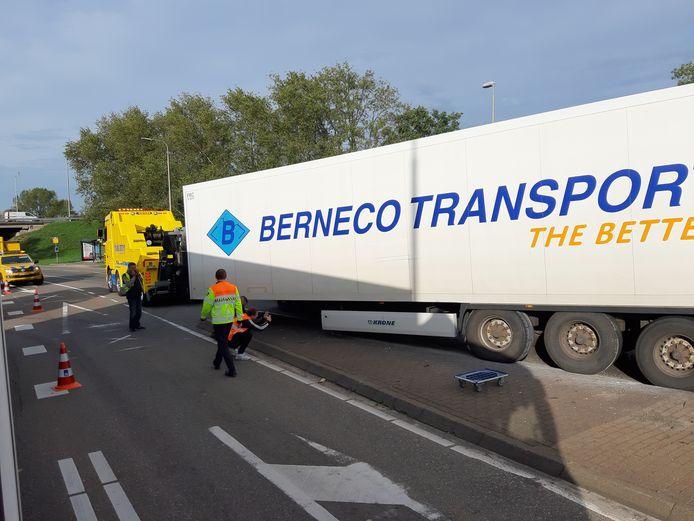 Op de kruising van de de Ordelseweg en de Kranenburgweg in Zwolle is een Poolse vrachtwagen zijn trailer verloren. Dat zorgt voor een flinke verkeerschaos.