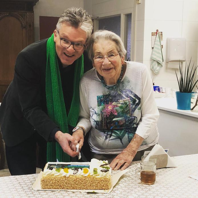 Bart van Moorsel met zijn 92-jarige moeder Ineke van Moorsel op de locatie van 't Huys in Schalkhaar.